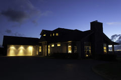 Современный экстерьер дома с освещением на ноче Стоковые Изображения