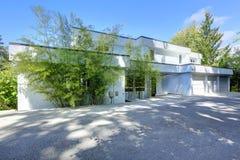 Современный экстерьер дома с плоской крышей Стоковые Фото