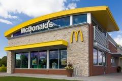 Современный экстерьер ресторана McDonald Стоковые Фотографии RF