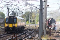 Современный электрический поезд эму проходя старый поезд пара Стоковое фото RF