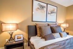 Современный яркий интерьер спальни Стоковая Фотография