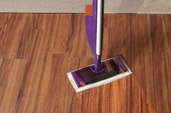 Современный mop для очищать деревянный пол от пыли стоковая фотография