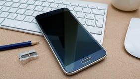 Современный smartphone на клавиатуре Иллюстрация вектора