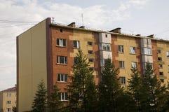 Современный 5-storeyed дом с квартирами Оно было покрашено в красных, оранжевых и белых цветах Стоковое Фото