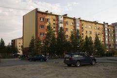 Современный 5-storeyed дом с квартирами Оно было покрашено в красных, оранжевых и белых цветах Стоковое Изображение