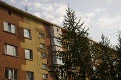 Современный 5-storeyed дом с квартирами Оно было покрашено в красных, оранжевых и белых цветах Стоковое фото RF