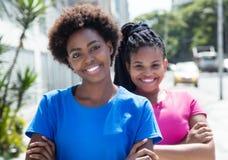 2 современных Афро-американских подруги в городе Стоковое Изображение