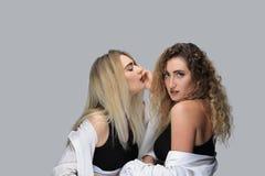 2 современных девушки в черных рубашках Стоковое Фото