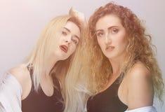 2 современных девушки в черных рубашках Стоковая Фотография