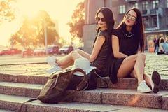 2 современных женщины представляя на лестницах Стоковые Фотографии RF