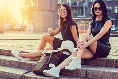 2 современных женщины представляя на лестницах Стоковое фото RF