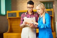 2 современных творческих женщины обсуждая работу Стоковые Изображения