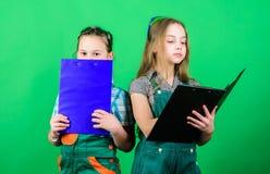 Согласно плану m E Девушки детей планируя реновацию Инициативные дети стоковые изображения rf