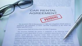 Согласование ожидающее решения, должностные лица проката автомобилей вручает штемпелевать уплотнение на деловом документе акции видеоматериалы