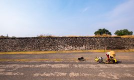Согнул женщину перед каменной стеной стоковая фотография rf