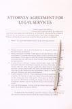 Согласование юриста для формы и ручки юридических служб. взгляд сверху Стоковые Изображения RF