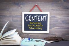 содержание выходить на рынок, социальные средства массовой информации и рекламировать стоковое фото rf