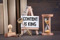 содержание концепция короля Таймер Sandglass, часов или яичка на деревянном столе Стоковые Изображения