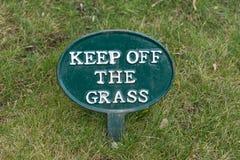 содержание травы с знака Стоковая Фотография RF