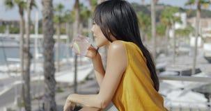 Содержимая молодая женщина наслаждаясь взглядами курорта сток-видео