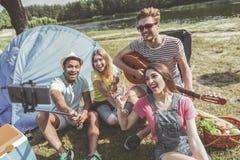 Содержимая молодость делая selfie во время пикника стоковые фотографии rf