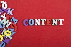СОДЕРЖИМОЕ слово на красной предпосылке составленной от писем красочного блока алфавита abc деревянных, космосе экземпляра для те Стоковые Изображения