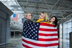 Содержимые девушки покрывая их тела с американским флагом Стоковые Изображения RF