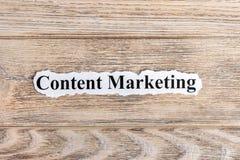 Содержимый текст маркетинга на бумаге Маркетинг слова содержимый на сорванной бумаге текст остальных изображения figurine принцип Стоковые Фото