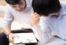2 содержимых делового партнера обсуждая бизнес модель с пюре Стоковая Фотография