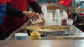 Соединение еды улицы служа зажаренный французский картофель фри сток-видео