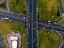 Соединение шоссе автомобиля дороги вида с воздуха стоковые фото
