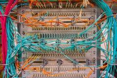 Соединения переключателя сети для сети привязывают RJ45 и привязывают кабель оптического волокна стоковые изображения rf