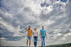 Соединенная группа целев двигает вперед Люди и женщина идут драматическая предпосылка облачного неба Истинное приятельство растет стоковая фотография rf