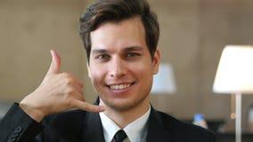 Соединенное пребывание, жест телефонного звонка бизнесменом Стоковое фото RF