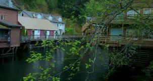 Соединенные Штаты, Аляска, городок Ketchikan, зеленый, небольшой поток, улица заводи сток-видео