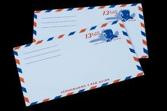 СОЕДИНЕННЫЕ ШТАТЫ АМЕРИКИ - ОКОЛО 1968: Старый конверт для воздушной почты с портретом Джона f Кеннедай стоковые фото