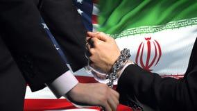 Соединенные Штаты санкционируют Иран, прикованный конфликт оружий, политических или экономических сток-видео