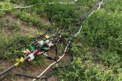 Соединители для музыки и микрофон для праздничной партии Провода с xlr соединителей лежат на том основании и на траве стоковая фотография rf