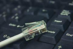 Соединитесь к интернету, кабелю компьютера стоковые фото
