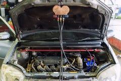 Соединитесь с трубой воздуха для шага refill воздуха автомобиля стоковое изображение rf