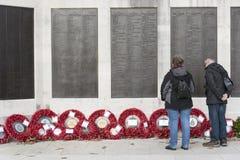 Соедините венки a бассейна просмотра военноморской военный мемориал Плимут Великобритания Стоковое Изображение RF