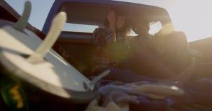 Соедините взаимодействовать друг с другом в грузовом пикапе на пляже 4k сток-видео