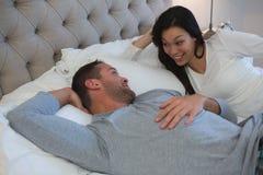 Соедините взаимодействовать друг с другом пока спящ в спальне стоковая фотография