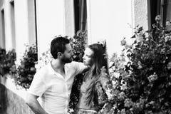 соедините влюбленность Датировка, отношение человек смотря усмехающся, милая девушка стоковые фото