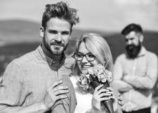 Соедините в любов датируя пока жена ревнивого бородатого человека наблюдая обжуливая его с любовником Концепция неверности Объяти стоковое фото