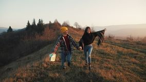 Соедините в любов outdoors Hikers человек и бег женщины trekking с рюкзаками в следе с картой на заходе солнца внутри акции видеоматериалы