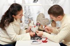 Соедините делать украшения на день валентинки, зашейте сердце от ткани - романтичной и концепции влюбленности стоковые изображения rf