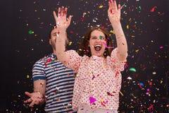Соедините дуя confetti в воздухе изолированном над серым цветом Стоковое Фото