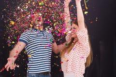 Соедините дуя confetti в воздухе изолированном над серым цветом Стоковое Изображение