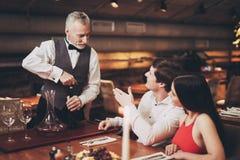 соедините его детеныши ресторана сокращая сь Красивый человек и женщина на дате в ресторане стоковое фото rf